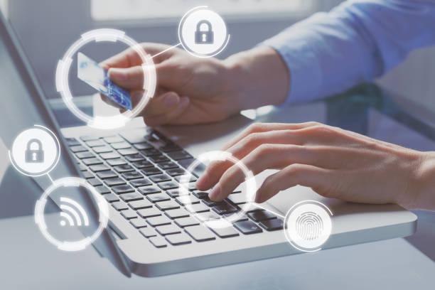 Sichere Online-Zahlung mit Kreditkarte über Internet Shop e-Commerce-Technologie, Konzept mit Ikonen und Person zahlt auf Website für Computer im Hintergrund – Foto