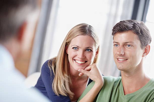 sicherung der zukunft - frisch verheirateten beratung stock-fotos und bilder