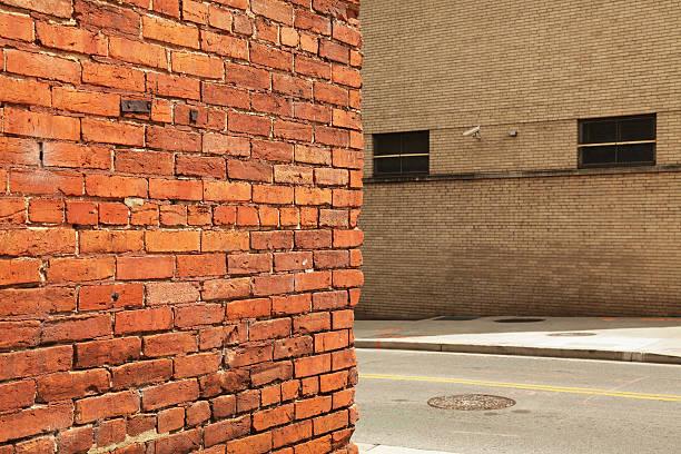 セキュリティカメラとコーナー旧市街のレンガの壁 ストックフォト