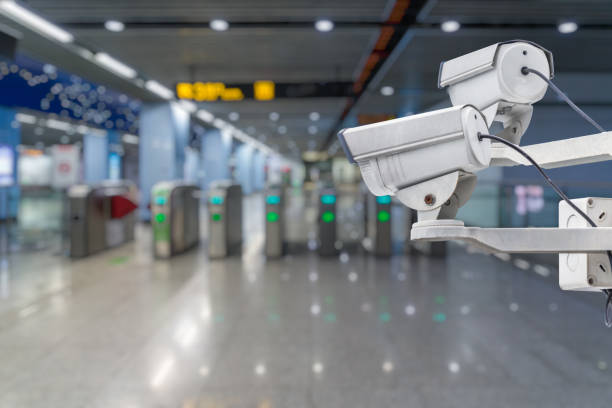 überwachungskamera an u-bahnstation - u bahnstation stock-fotos und bilder