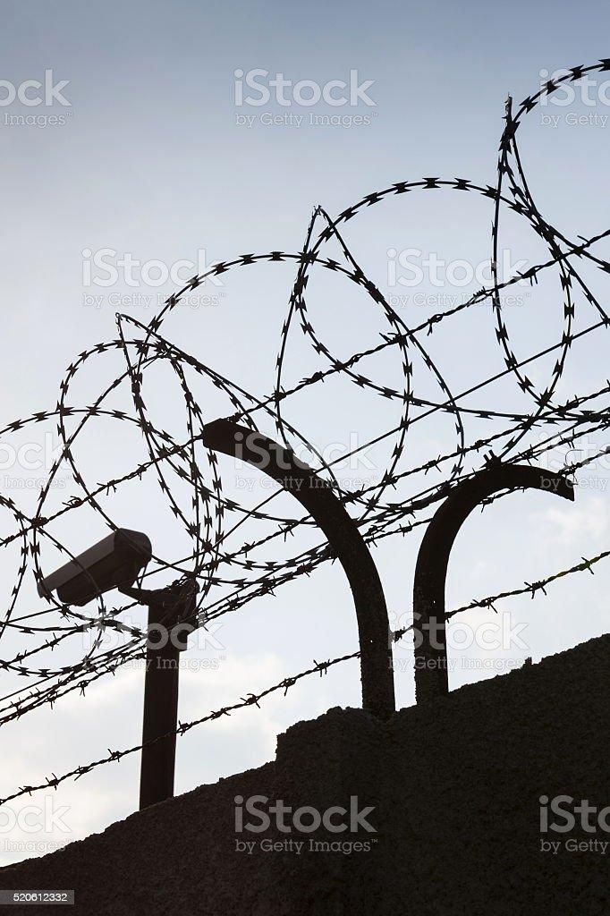 Überwachungskamera Hinter Stacheldraht Zaun In Gefängnis Wände Stock ...