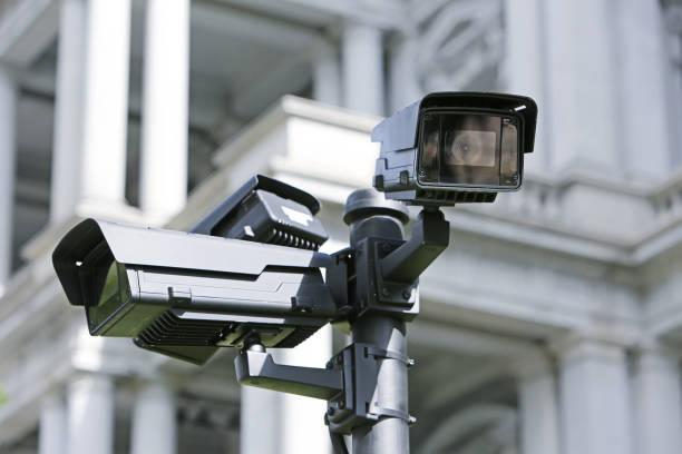bewakingscamera in de straat - bewakingscamera stockfoto's en -beelden