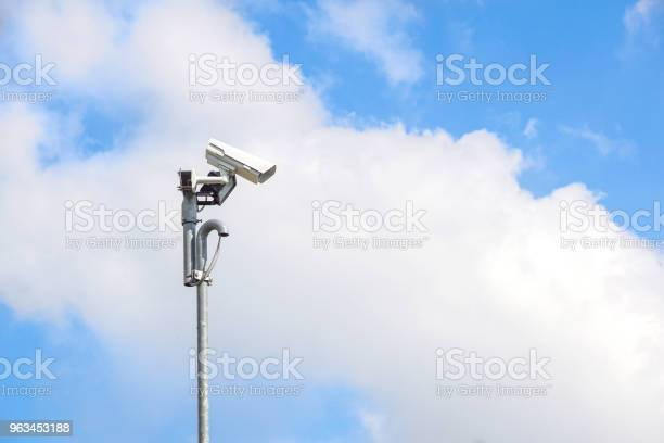 Kamera Bezpieczeństwa Zainstalować Rogu Poza Budynkiem Z Niebieskim Tle Nieba - zdjęcia stockowe i więcej obrazów Alarm
