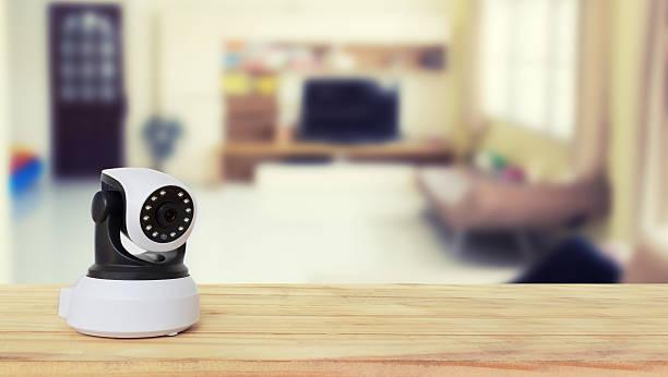 Sicherheits-Kamera auf einem Holztisch. IP-Kamera. – Foto