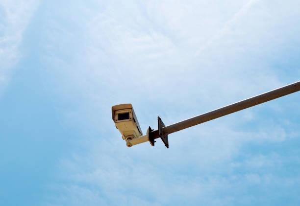überwachungskamera unter bule himmel - geschwindigkeitskontrolle stock-fotos und bilder