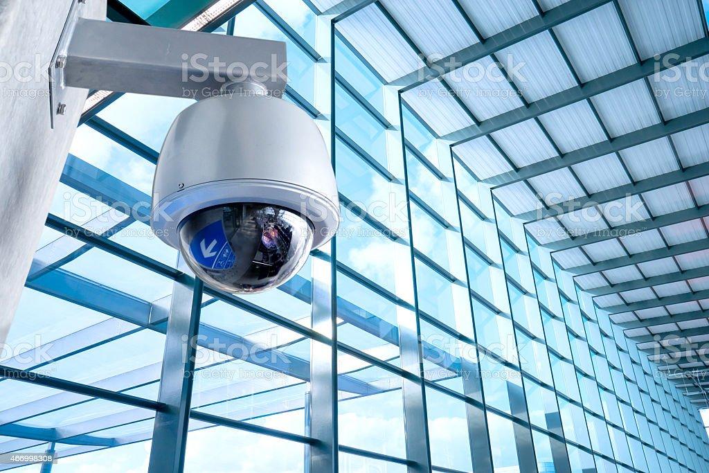 Sicherheitsdienst, Videoüberwachung Kamera für office building bei Nacht – Foto