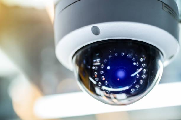 security cctv camera in kantoorgebouw - bewakingscamera stockfoto's en -beelden