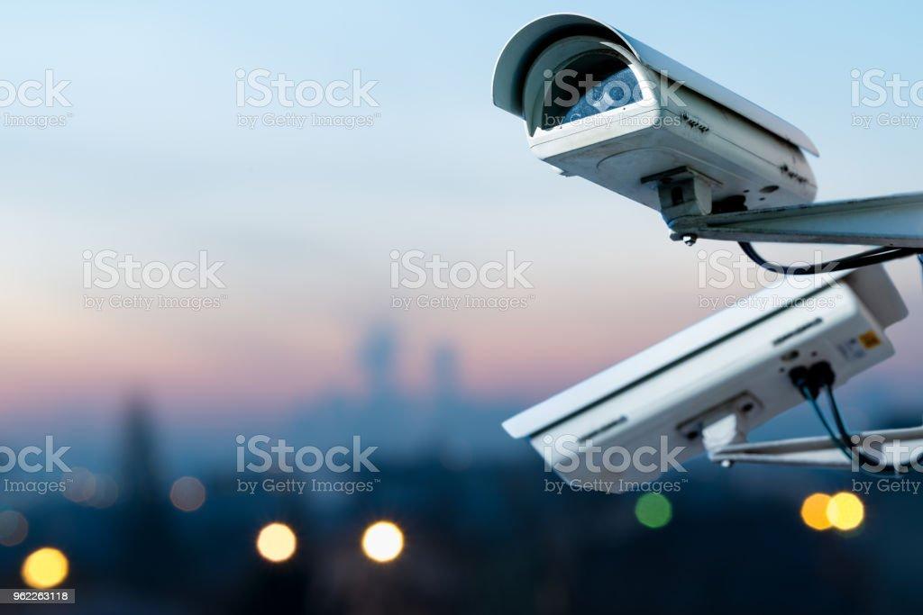 câmera de segurança CCTV Monitoramento sistema com vista panorâmica da cidade em fundo desfocado - foto de acervo