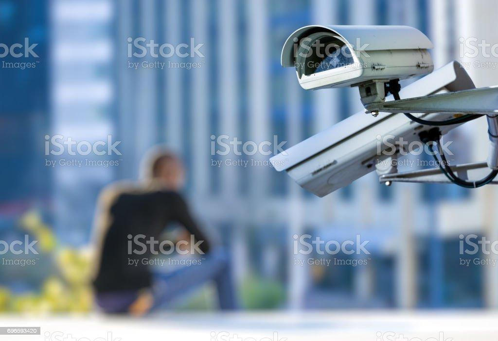 sistema de segurança CCTV câmera ou vigilância com jovem no fundo desfocado - foto de acervo