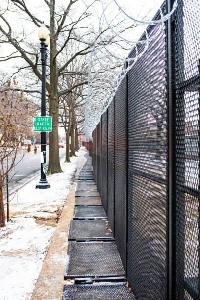 охранный забор, окружающий территорию капитолийского холма после беспорядков на капитолийском холме - biden стоковые фото и изображения
