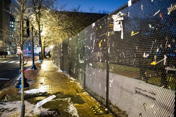 забор безопасности окружает здание белого дома после беспорядков на капитолийском холме - biden стоковые фото и изображения
