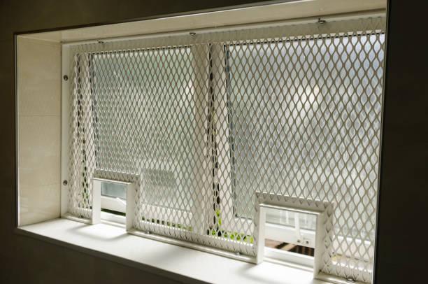 Sicherheitsgrill am Fenster eines Hochsicherheitsgebäudes. – Foto