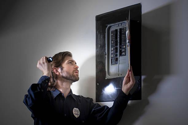 Security guard checking circuit breakers – Foto