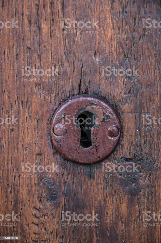 Sicherheitsschloss für eine alte Holztür im Garten – Foto