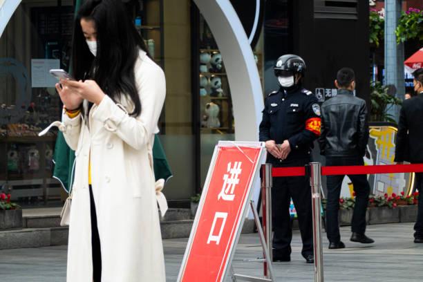 Sicherheitspersonal nimmt Wohnung Bewohner Temperatur mit Helm – Foto