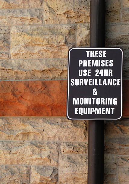 sicherheitsüberwachung-warnschild - monitor wandhalterung stock-fotos und bilder