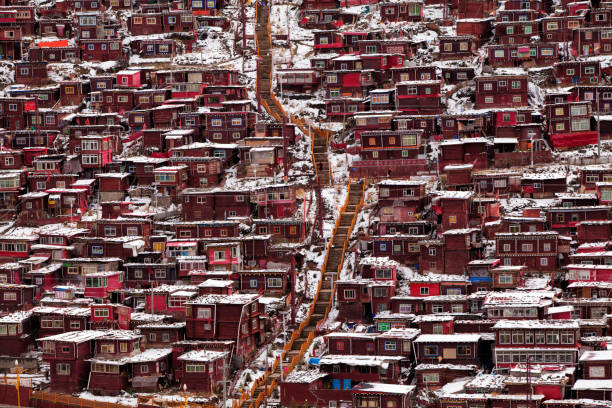 kışın seda wuming budist koleji, sichuan, çin - ganzi tibet özerk bölgesi stok fotoğraflar ve resimler