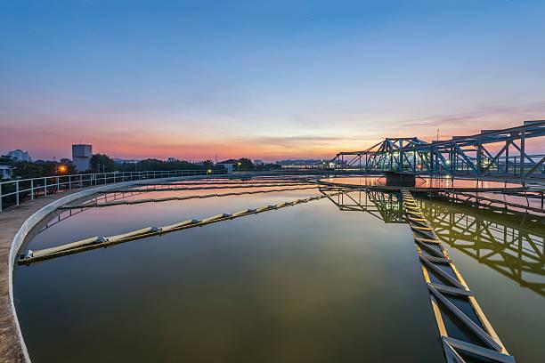 sedimentation basin, Abwasser fließt durch große tanks – Foto