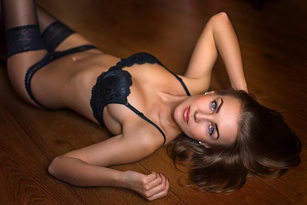 Verführerische brunette Modell auf der Etage – Foto