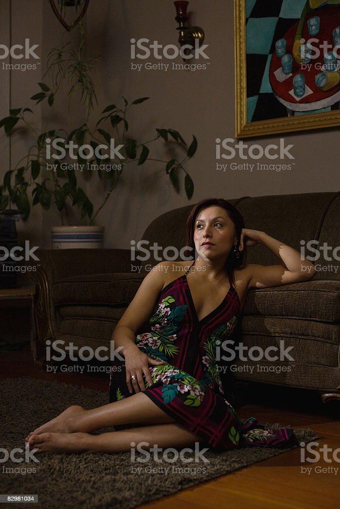 Seducente Ragazza seduta sul pavimento foto stock royalty-free