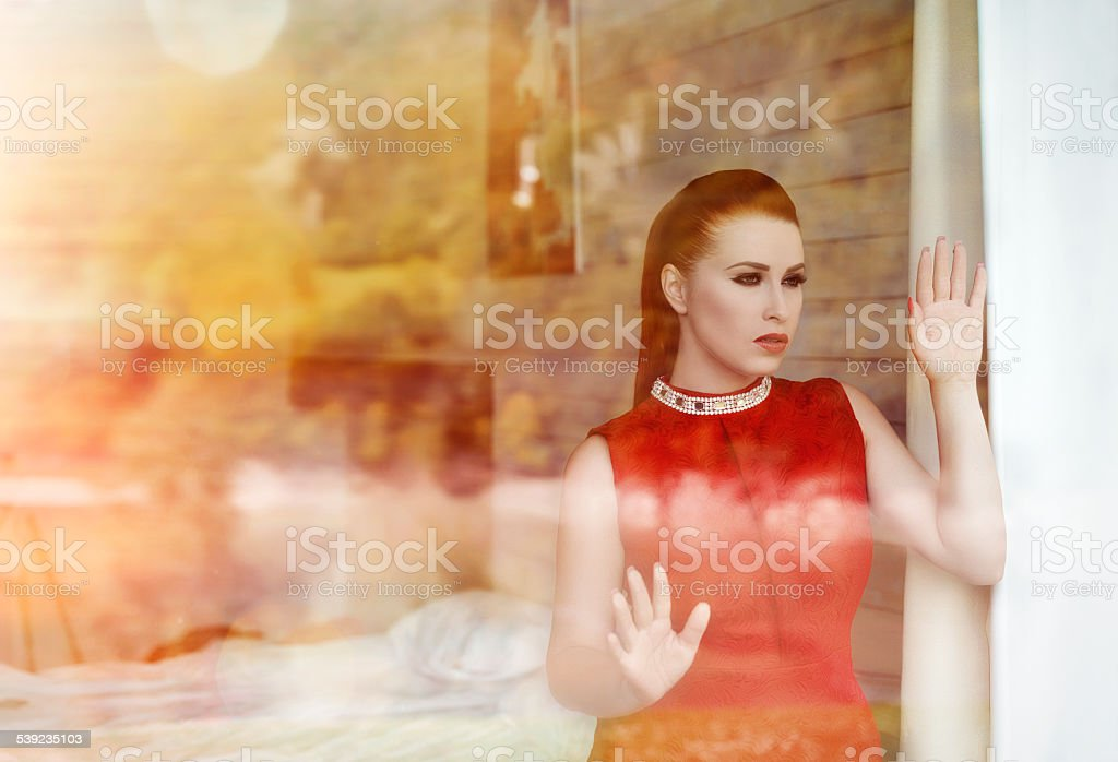 Atractiva mujer detrás de la ventana foto de stock libre de derechos