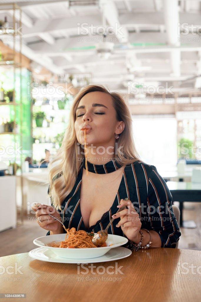 Femme séductrice, manger des pâtes - Photo