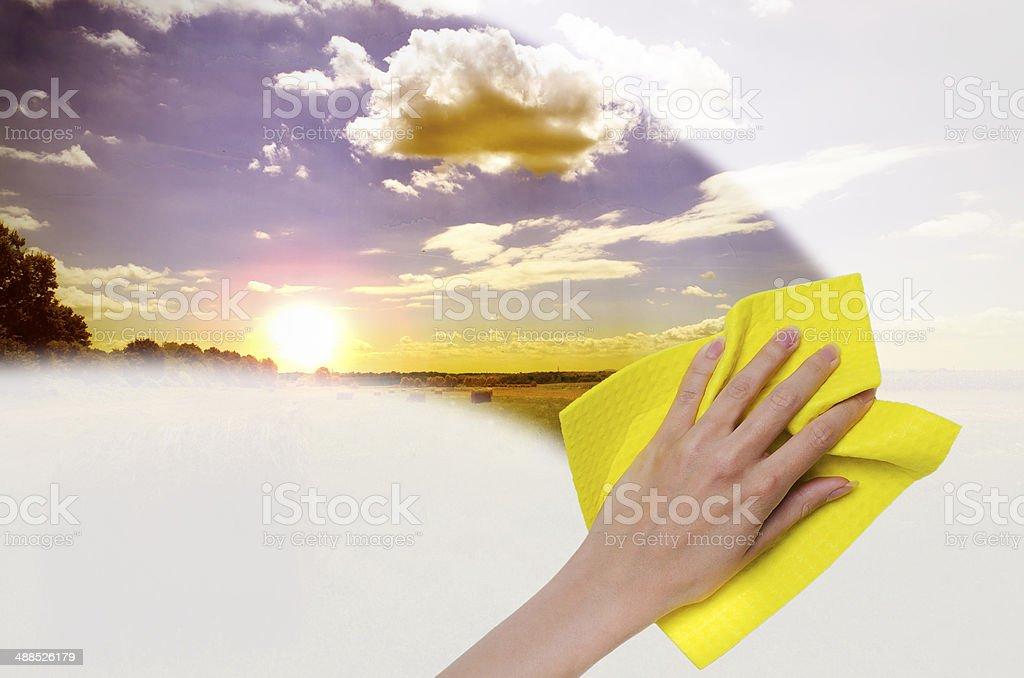 Sie bei Sonnenuntergang durch nebligen Glas – Foto