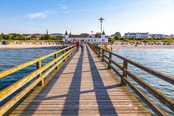 seebrucke ahlbeck, vergnügen pier in ahlbeck, insel usedom, deutschland - usedom stock-fotos und bilder