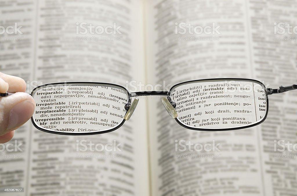 Wörterbuch durch die Brille sehen – Foto