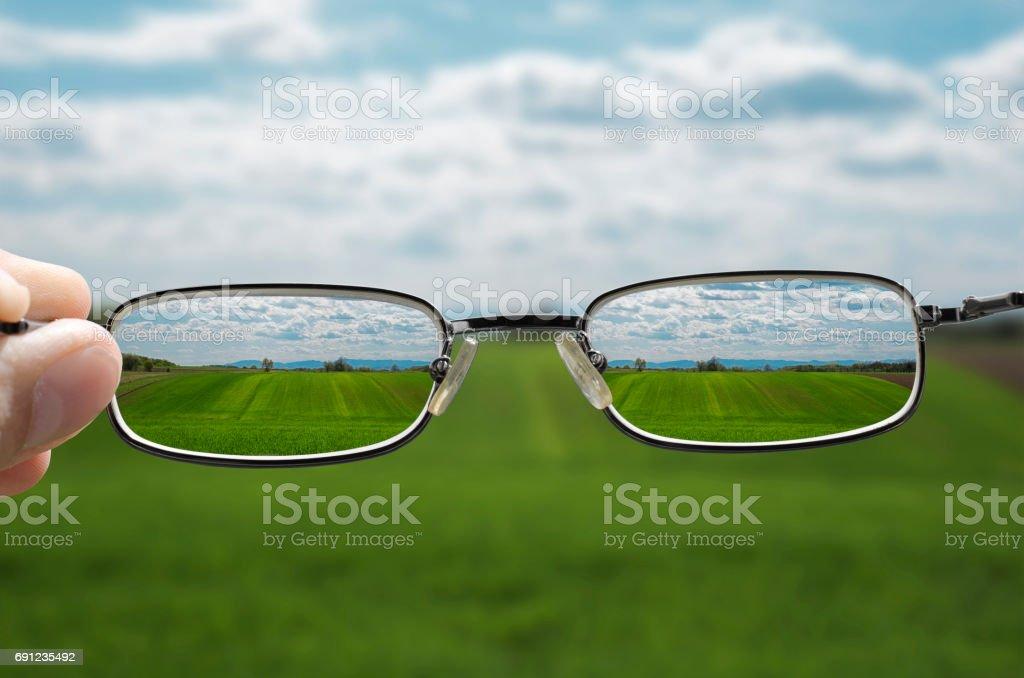 Landschaft durch die Brille zu sehen – Foto