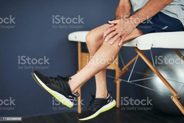 Den Physio Über Sein Knie Sehen Stockfoto und mehr Bilder von Knie