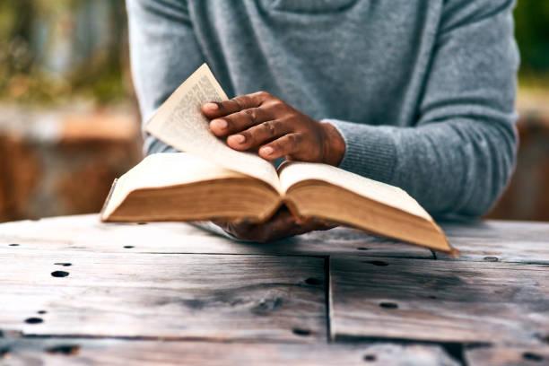 auf der suche nach antworten - bible stock-fotos und bilder