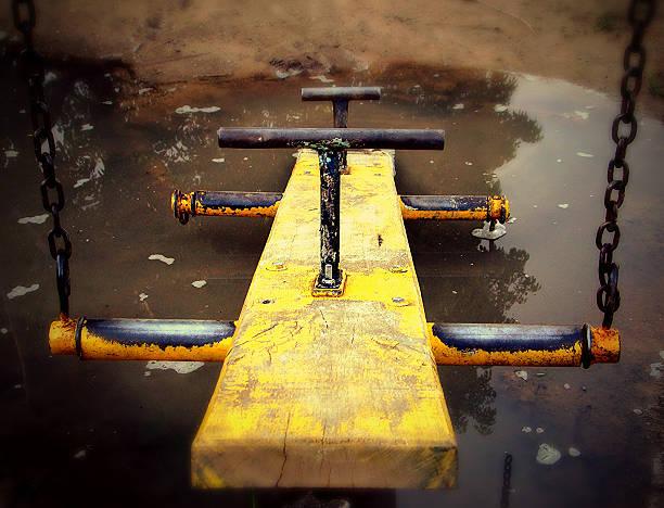 Gangorra playground danificado - foto de acervo