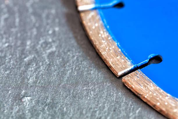 segment einer diamantschneidescheibe auf einem hintergrund aus grauem beton mit einem platz für kopierplatz - europäisch geschliffene diamanten stock-fotos und bilder