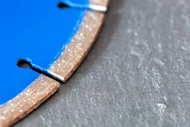 ein diamant-trennscheibe auf einem hintergrund von grauen beton-segment. - europäisch geschliffene diamanten stock-fotos und bilder