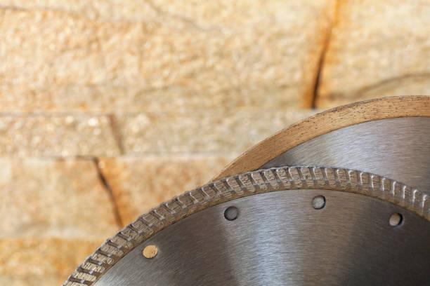segment einer diamant-schneidscheibe auf einem hintergrund aus orange-goldener sandsteinwand. - europäisch geschliffene diamanten stock-fotos und bilder
