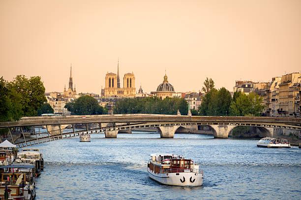seine river bridges and notre dame cathedral, paris, france - rondvaartboot stockfoto's en -beelden