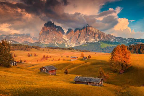 seiser alm und langkofel gruppe an farbenprächtigen sonnenuntergang, dolomiten, italien - seiser alm stock-fotos und bilder