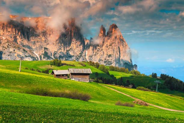 seiser alm resort und mount schlern im hintergrund, dolomiten, italien - seiser alm stock-fotos und bilder