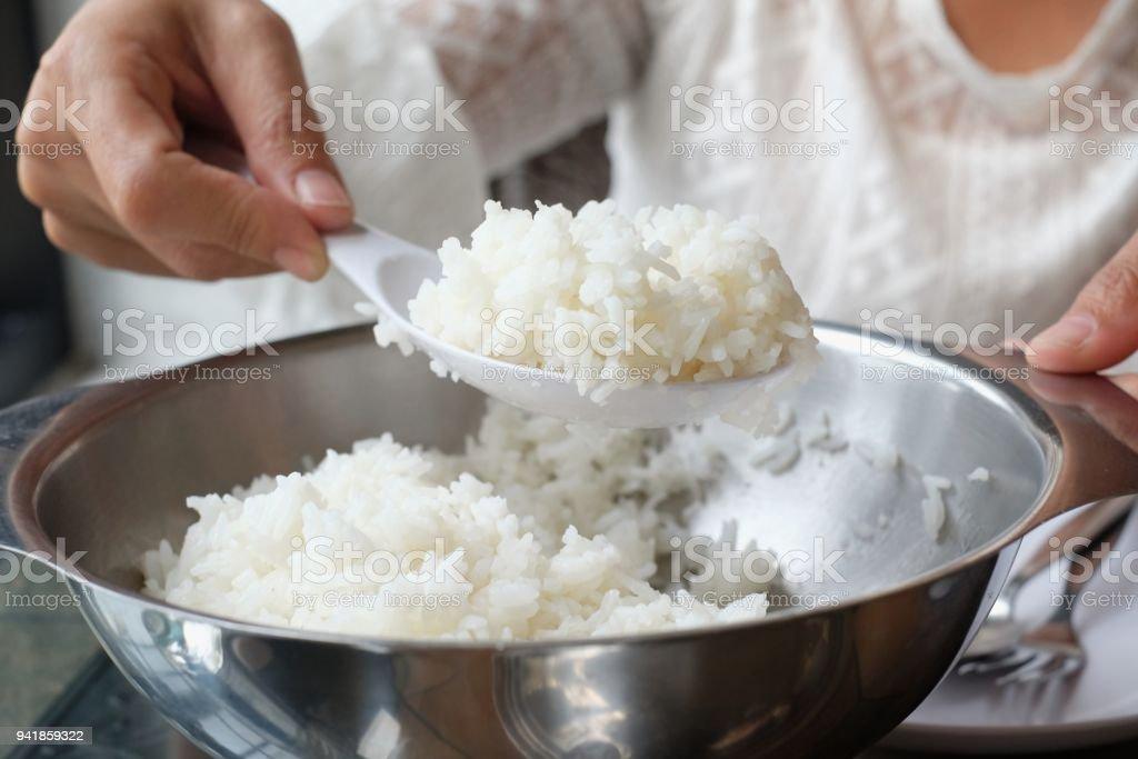 Selecione foco cozido arroz na colher de mão concha de pote - foto de acervo
