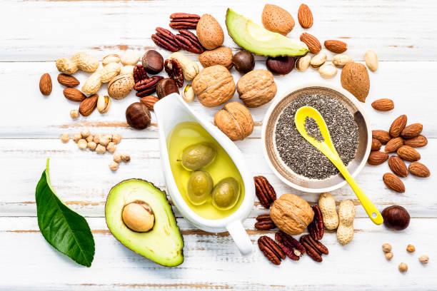 Auswahl Nahrungsquellen von Omega 3 und ungesättigten Fetten. Super-Lebensmittel hohe Vitamin e und Ballaststoffe für gesunde Ernährung auf Holzhintergrund. – Foto