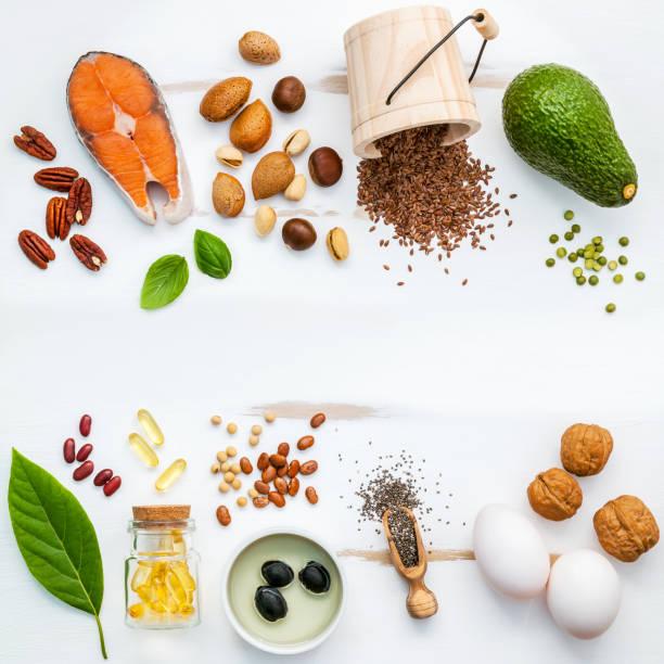 Auswahl Essen Quellen für Omega-3. Super Essen hohen Omega-3 und ungesättigten Fettsäuren für eine gesunde Ernährung. Mandel, Pekannuss, Haselnüsse, Walnüsse, Olivenöl, Fischöle, Lachs, Leinsamen, Chia, Eier und Avocado. – Foto