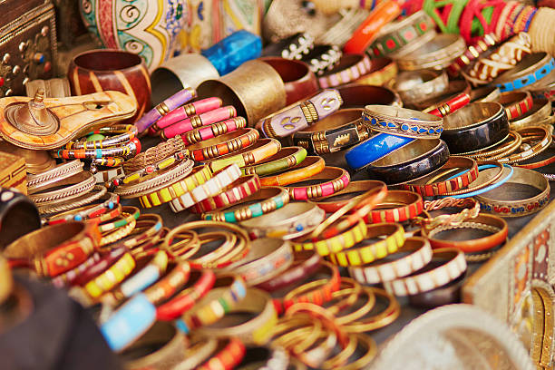 auswahl an bijouterie auf marokkanische markt - besteck günstig stock-fotos und bilder