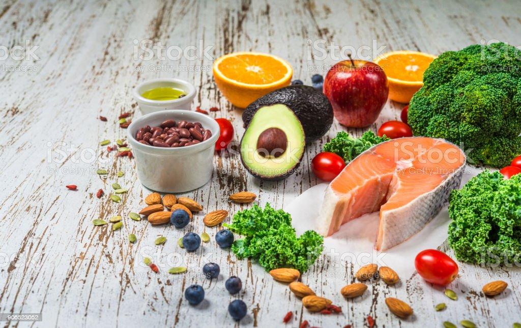 Auswahl an frischem Obst und Gemüse, Lachs, Bohnen und Nüssen. Kochen und Essen, gesunde Ernährung, Fitness, Diät, Vegetarier und Lifestyle-Konzept. Zutaten gut für Herz und Diabetes. – Foto