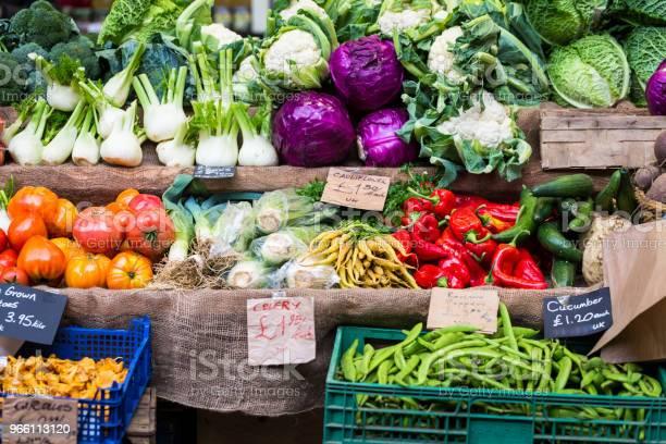 Urval Av Färska Grönsaker Inklusive Fänkål Chili Och Rödkål På Displayen På Matmarknaden-foton och fler bilder på Bondemarknad - Marknadsplats