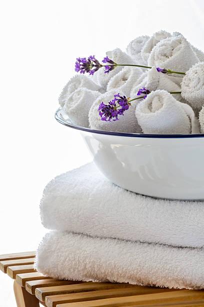 auswahl der handtücher - badmöbel gäste wc stock-fotos und bilder