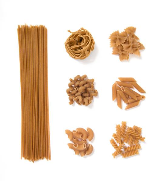 sélection de pâtes de grains entiers, isolé sur fond blanc: spaghetti, tagliatelle, farfalle, cellentani, penne, fussili - Photo