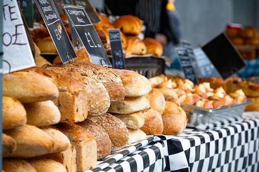 Selective Focus Fresh Sourdough Breads On Display - Fotografie stock e altre immagini di Alimentazione sana