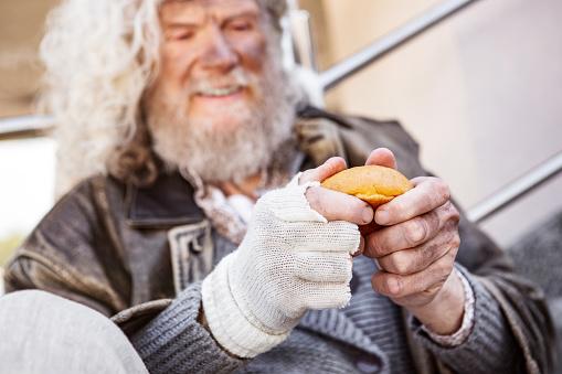 한 조각의 빵의 선택적 초점 Charity Benefit에 대한 스톡 사진 및 기타 이미지