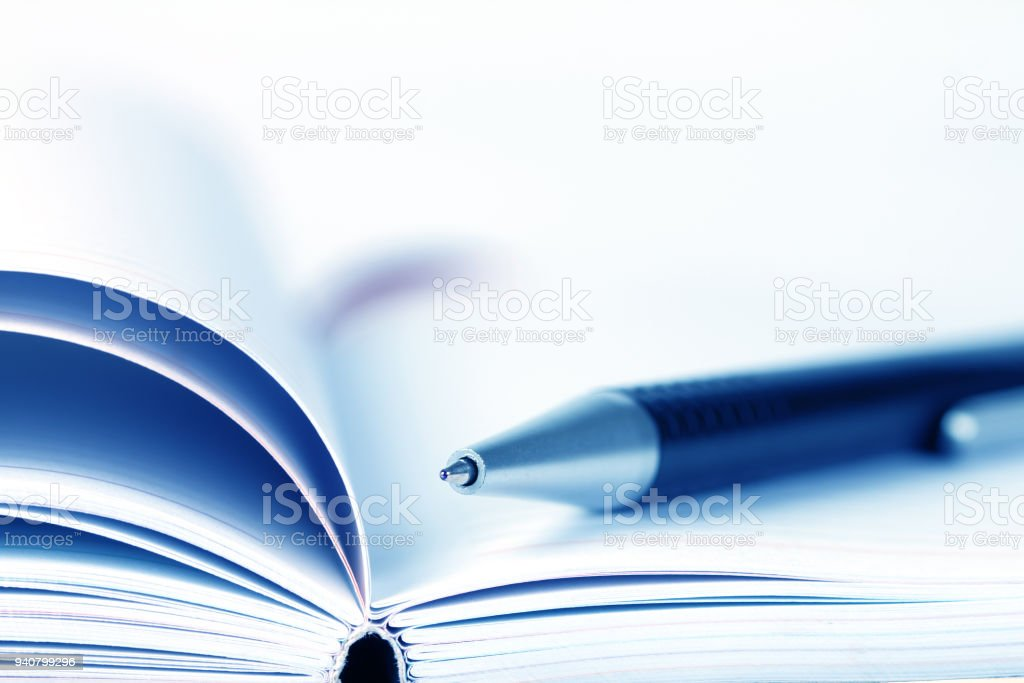 Geringe Tiefenschärfe der ball pen auf eröffnete mit Tagebuch Buch – Foto